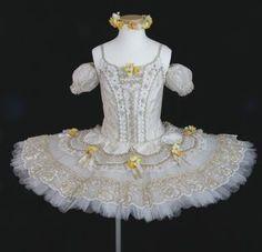 バレエレオタード・レッスンバッグ等の販売から、オーダーティアラ・オーダー衣装まで。レンタルティアラも。