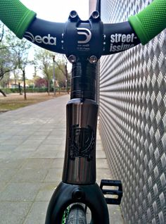 Manillar DEDA ELEMENTI Streettissimo Negro: http://www.fixicletas.com/comprar-manillares-fixie/30074-manillar-deda-elementi-streettissimo-riser.html Potencia DEDA ELEMENTI ZERO 90mm: http://www.fixicletas.com/comprar-potencias-fixie/30075-potencia-deda-elementi-zero.html