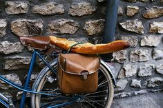 baguette & bike, wonder whats in the bag? cheese and wine! Baguette, Bordeaux, Leather Bicycle, Bicycle Bag, Saint Emilion, Our Daily Bread, Bike Style, Royalty Free Photos, Bon Appetit