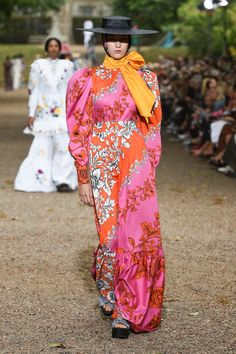 Runway pictures from the Erdem Spring 2020 Fashion Show. London Ready-To-Wear collections, runway looks, models, beauty Dior Couture, Spring Summer Trends, Erdem, Fashion Prints, Day Dresses, What To Wear, Ready To Wear, Fashion Show, Street Style