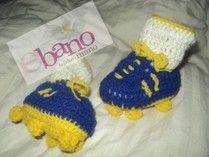 Escarpín tejido con forma de botín color azul  y amarillo (Knit baby booties soccer boot shaped, color blue and yellow)