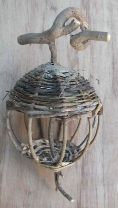 Mangeoire lanterne Willow Furniture, Fairy Furniture, Dollhouse Furniture, Deco Nature, Nature Decor, Nature Crafts, Willow Weaving, Basket Weaving, Easy Crafts