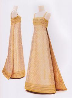 "Bloggang.com : haiku - หนังสือ ""งามสมบรมราชินีนาถ"" Thai Traditional Dress, Traditional Fashion, Traditional Outfits, Gala Dresses, Event Dresses, Thailand Fashion, Thai Fashion, Thai Dress, Silky Dress"