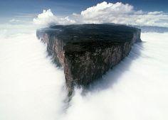 Monte Roraima, América do Sul (tríplice fronteira entre Brasil, Venezuela e Guiana)
