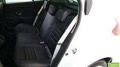 L'espace arrière est considérablement suffisant pour 2 personnes. La banquette arrière rabbattue donne un plancher plat, une manipulation facile et légère à faire.