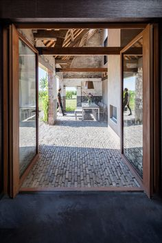 The pivot hinges of FritsJurgens were applied in the wooden pivot doors in an exclusive farmhouse in Utrecht, The Netherlands Design Your Dream House, House Design, Interior Architecture, Interior And Exterior, Roof Shapes, Pivot Doors, Villa, Old Farm Houses, Wood Interiors