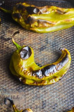 How to Make Roasted Hatch Chiles - Life's Ambrosia Hatch Green Chili Recipe, Green Chili Recipes, Hatch Chile Salsa, Hatch Chili, Stuffed Anaheim Peppers, Stuffed Green Peppers, Long Green Peppers, Green Tomato Relish, Hot Chili Oil