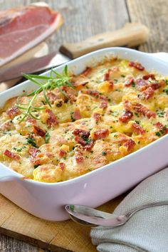 Leckerer Klassiker: Kartoffel-Kohlrabi-Gratin mit Speck Tasty classic: potato kohlrabi gratin with bacon Potato Recipes, Vegetable Recipes, Kohlrabi Gratin, Chou Rave, Bacon Potato, Bacon Bacon, Bacon Salad, Tasty, Healthy Recipes