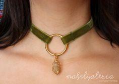 choker de terciopelo verde con dije dorado y piedra de cuarzo Si te gusta lo diferente... esto es para ti!