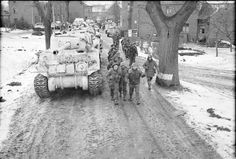 52e Division (Lowland) Sherman réservoirs près Havert en Allemagne, 52nd (Lowland) Division, passing Sherman tanks near Havert in Germany,