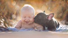 Bebé y Bulldog francés nacieron el mismo día y se creen hermanos