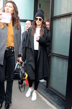 Kendall Jenner usa legging com t-shirt e maxi casaco preto