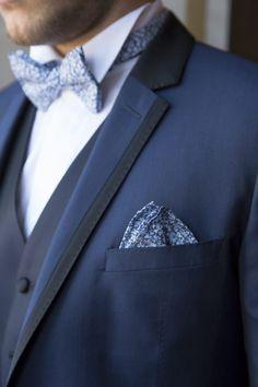 Costume bleu et noeud de papillon bleu pour votre mariage by @toxant .  #wedding #suit