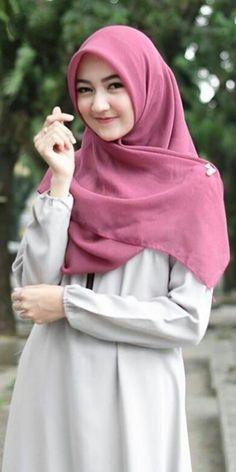 Pin Image by Hijabi Cantik Hijab Gown, Hijab Style Dress, Casual Hijab Outfit, Hijab Chic, Beautiful Hijab Girl, Beautiful Muslim Women, Arab Girls Hijab, Muslim Girls, Hijabi Girl