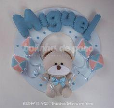 Porta Maternidade Urso Bege soltando Pipas. Base em MDF pintado com 25cm de diâmetro. Tons de Azul bebê. Possui suporte com triângulo na parte traseira para pendurar na porta.  A quantidade de letras em relação ao nome não altera o valor da peça R$ 89,00