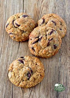 La saison est parfaite et dans l'ambiance actuelle, nous avons besoin d'un peu de réconfort. J'avais fait ces cookies pour mes élèves de mon atelier chocolat, pour le rendez-vous du petit déjeuner. La recette est simplissime à faire et les cookies sont cuits en 12 minutes. Tièdes, ils seront parfaits. Vous pouvez bien sûr mettre du chocolat blanc ou au lait à la place du chocolat noir. Cookies Et Biscuits, Macarons, Biscotti, Food, Foie Gras, Beignets, Meringue, Bordeaux, Instagram