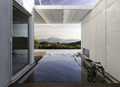 Tarifa House / James  Mau  Vistas desde una casa en Tarifa, con las montañas de África al fondo