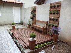 Deck e floreiras feito a partir de madeiras de reaproveitamento de pallets Backyard, Patio, Small Gardens, Garden Bridge, Greenery, Exterior, Outdoor Structures, Deck, Contemporary