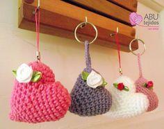 Corazón a crochet - esquema Crochet Cross, Love Crochet, Diy Crochet, Crochet Flowers, Crochet Keychain, Crochet Earrings, Crochet Christmas Gifts, Crochet Woman, Crochet Accessories