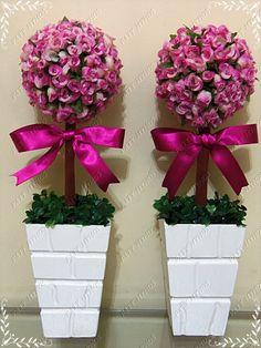 Topiaria feita com flor artificial, fita de cetim, grama artificial e vaso em MDF. Obs: o vaso nem sempre será o mesmo pode variar. R$ 60,00