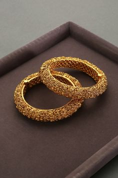Gold Bangles Design, Gold Earrings Designs, Gold Jewellery Design, Indian Gold Jewellery, Indian Gold Bangles, Gold Jewelry, Gold Bracelet Indian, Indian Jewelry Sets, Pakistani Jewelry