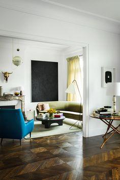 Table italienne, sofa du designer néerlandais Theo Ruth. Tableau de Glenn Ligon. Suspension Fabio Lenci (Meubles et Lumières).