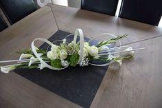 use flat wire and midollino stix Tropical Floral Arrangements, Modern Flower Arrangements, Floral Centerpieces, Church Flowers, Funeral Flowers, Wedding Flowers, Deco Floral, Arte Floral, Ikebana