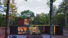 Dit huis van gebrand cederhout past perfect in de omgeving