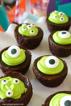 Are you ready for monster-sized fun this Halloween? Colorful monsters make for a fun, not-so-scary Monster Mash Halloween party the whole family will love. Halloween Desserts, Spooky Halloween, Halloween Brownies, Halloween Cupcakes Easy, Halloween Treats, Halloween Cupcakes Decoration, Halloween Birthday Decorations, Halloween Skeleton Decorations, Halloween Punch