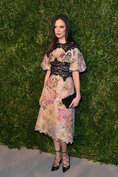 La diseñadora de Marchesa, Georgina Chapman, lució un vestido de su propia firma de encaje multicolor con piezas contrastadas en negro.