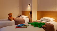 2 ch.ambres, l'une à 2 lits séparés, l'autre à grand lit +1 lit . 2 salles de bain, l'une avec douche, l'autre avec baignoire balnéo double  Chambre sans vue de mer Hotel Saint Malo, Bed, Furniture, Home Decor, Family Of 5, Queen Size Bedding, Shower, Beds, Bedrooms