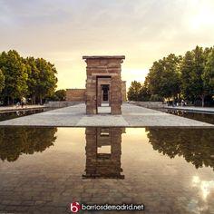 Atardecer en el Templo de Debod El Templo de Debod es uno de los lugares más espectaculares para contemplar una bonita puesta de sol desde Madrid. En verano es muy frecuente ver como decenas de personas se acercan a contemplar tan singular espectáculo. #TemploDeDebod #Madrid #Verano  © http://barriosdemadrid.net/atardecer-en-el-templo-de-debod/