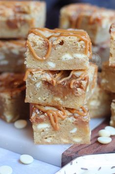 Easy and Delicious Caramel White Chocolate Blondies! White Chocolate Blondie mixture with Caramel Sauce and Caramels - the best Blondies! White Chocolate Desserts, White Chocolate Brownies, Caramel Brownies, White Chocolate Chips, Tray Bake Recipes, Brownie Recipes, Baking Recipes, Baking Ideas, Biscoff Recipes