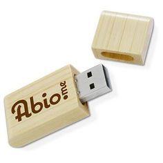 CHIAVE USB mod. NATURA, USB 2.0. velocità fino a 7 MB/s in lettura e di 2,5 MB in scrittura. Dimensioni: 61 x 23 x 10 mm, 18 g. USB. In confezione singola di cartoncino. Disponibile in: bamboo, carta riciclata, legno di rosa, legno di acero certificato FSC