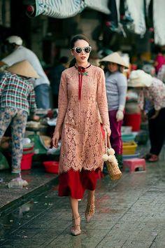 Love the layering Pakistani Dress Design, Pakistani Outfits, Indian Outfits, Kurta Designs, Blouse Designs, Look Short, Vietnamese Dress, Desi Clothes, Indian Designer Wear