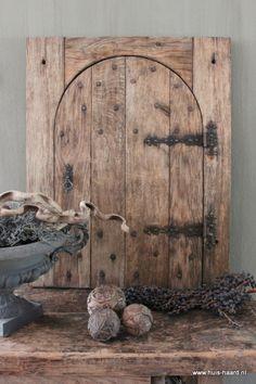 Oude houten deur met gietijzeren beslag