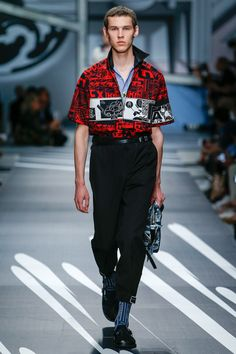 Prada Spring 2018 Menswear collection, runway looks, beauty, models, and reviews.