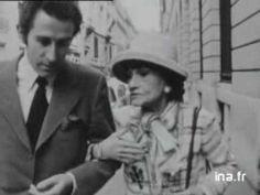 """à l'occasion de la présentation de la collection de Haute Couture Printemps Eté 1970, reportage chez Chanel. Interrogée dans la rue par Jacques Chazot, Coco Chanel explique pourquoi elle n'a pas fait les costumes du spectacle """"Coco"""" à Broadway, explique comment elle conçoit son métier de créatrice de mode et parle de Katharine Hepburn. L'interview est illustré par de larges extraits en couleur du défilé Printemps Eté 1970 de la maison Chanel."""