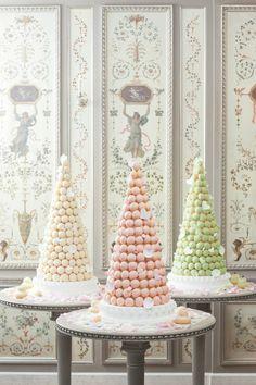 Bolo dos noivos inspirado em Paris. #casamento #bolodosnoivos #Paris #TorreEiffel #macarons #corespastel