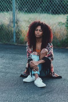Photo - Long red curly hairstyle and ripped jeans - Black women Fashion&Hairstyles