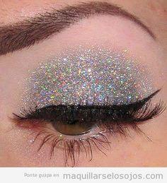 maquillaje-ojos-eyeline-negro-sombra-purpurina-plateada