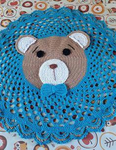 Muito lindo! Crochet Mat, Crochet Bear Patterns, Crochet Carpet, Crochet Squares, Love Crochet, Crochet Dreamcatcher, Animal Rug, Knit Rug, Crochet Humor