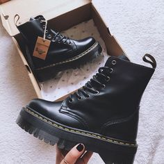 Doc Martens - What are they and how do you wear them? Dr Martens Jadon, Red Doc Martens, Doc Martens Style, Doc Martens Boots, Look Fashion, Fashion Boots, Fashion Moda, Cute Shoes, Me Too Shoes