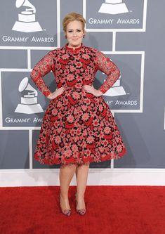 Adele, que estaba muy emocionada, acudió con un colorido Valentino en los Premios Grammy 2013 #cantantes #people #celebrities #singers