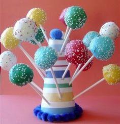 P ara quem estava procurando um tema bem alegre e colorido para sua festinha ai vai uma sugestão: Tema Arco-Iris! Já postei alguns bolos pa...