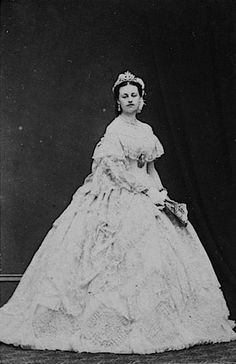 a portrait photo of Charlotte, Countess Spencer in her youth with some sort of head jewel Lady Spencer, Spencer Family, John Spencer, Princess Of Wales, Princess Diana, British Nobility, Imperial Crown, Historical Costume, Historical Clothing