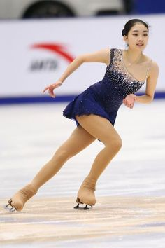 This nave blue figure skating dress shows up beautifully on the ice! . . . . Zijun Li 李子君 || 中国杯・初日(男女・ペアSP、アイスダンスSD)|フォトギャラリー|フィギュアスケート|スポーツナビ Figure Skating Outfits, Figure Skating Costumes, Figure Skating Dresses, Ice Skating Lessons, Ice Girls, Ice Skaters, Skate Wear, Beautiful Figure, Poses