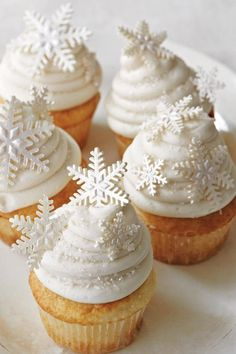 Snow White Cupcakes We developed White Christmas to create our own little wonderland of snow. The peppermint-Cream Cheese Frosting gives a luscious, chilly bite and sparkling scent to this bright, frosty cupcake. Christmas Goodies, Christmas Treats, Christmas Baking, White Christmas Desserts, Christmas Wrapping, Snow White Cupcakes, Winter Cupcakes, Holiday Cupcakes, Christmas Cupcakes Decoration