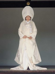 Shiromuku Typically worn by brides being married in a Shinto wedding ceremony, the shiromuku is an all-white ensemble of kimono and heavily embroidered uchikake over-robe with a scarlet-red lining and padded hem. This combination of kimono and heavy over-kimono has developed from a mix of historical styles - the kimono from the Samurai-class fashions of the Edo period (early 17th to mid 19th centuries), and the outer uchikake robe from the outer gowns worn in medieval Japan.