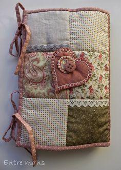 Para tener todos los utensilios de patchwork a mano, práctico y coqueto costurero, con diversos bolsillos y departamentos, en el podemos gu... Patchwork Bags, Quilted Bag, Crazy Patchwork, Fabric Bags, Fabric Scraps, Diy Handbag, Cute Pillows, Needle Book, Sewing Kit